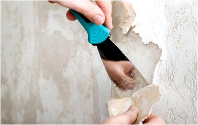 Работа шпателем в подготовке стен к оклеиванию