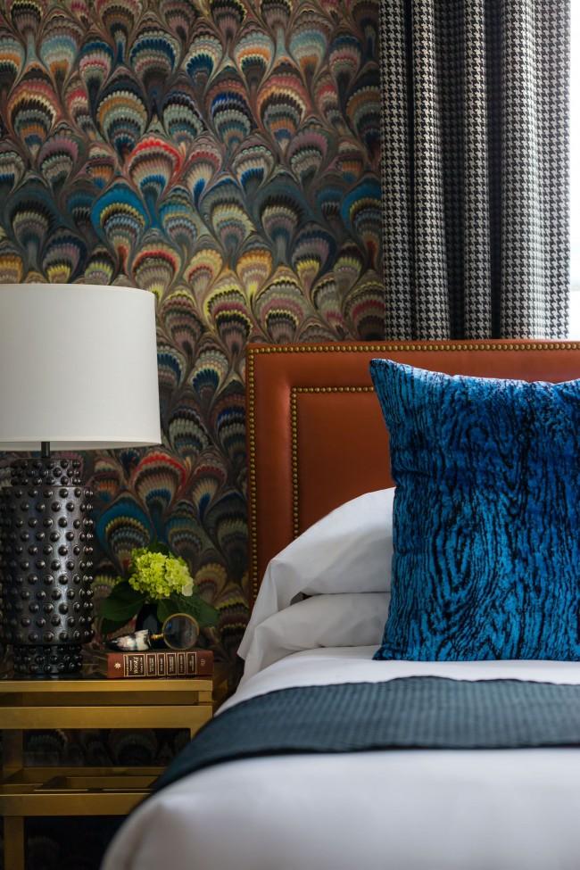 Разноцветный рисунок среднего размера лучше всего смотрится на небольших фрагментах стен. Также повторяющийся паттерн выступает хорошим фоном для картин и аксессуаров
