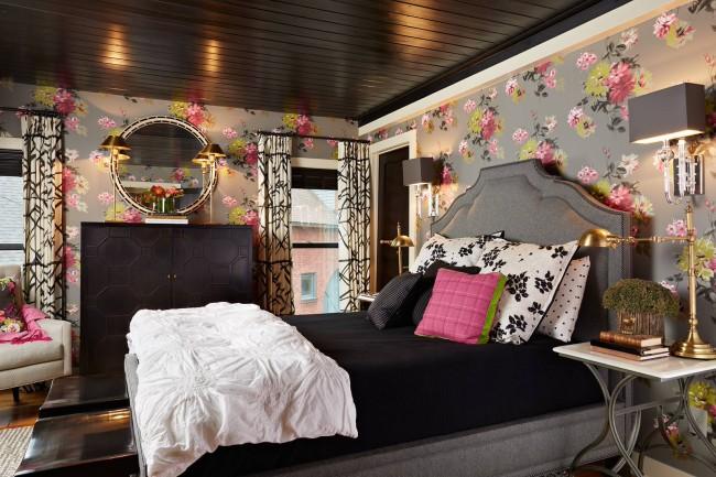 Стильное сочетание: крупный цветочный рисунок на стенах и черный потолок в интерьере спальни