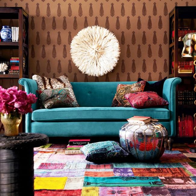 Дизайн небольшой гостиной в стиле фьюжн со стенами теплого коричневого цвета