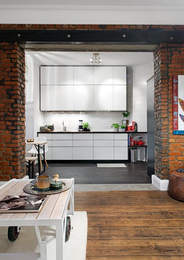 Зонирование квартиры-студии с помощью кирпичной арки