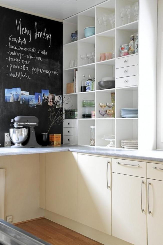 Одна из популярных идей декора стен кухни – это грифельная доска для рисования и записок. Обратите также внимание и на открытые полки