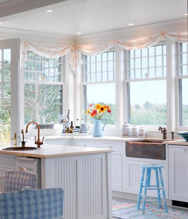 Небольшие легкие занавеси послужат лучшим украшением окон маленькой кухни