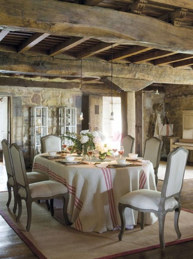 Льняная скатерть в полоску - одна из характерных особенностей стиля прованс