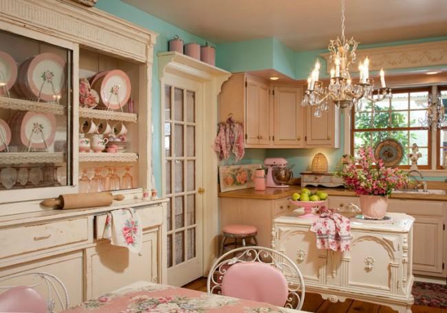 Множество цветочных полотенец на крючках в кухне прованс