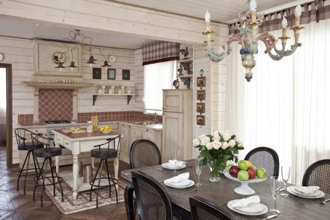 Искусственно состаренная мебель цвета слоновой кости. Также на фото: изящный столик для завтраков вместо громоздкого кухонного острова