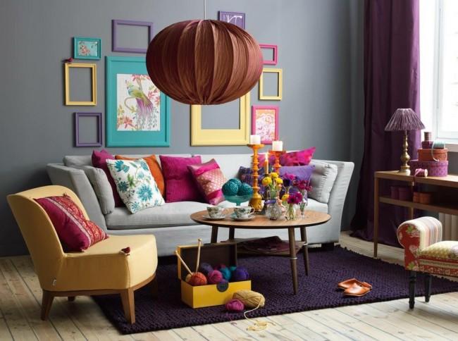 Яркая текстильная люстра гармонично впишется в колоритный интерьер эклектичной гостиной