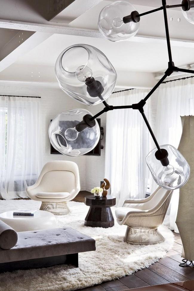 Применение полностью прозрачных плафонов люстры в форме ветки для дополнения современного интерьера гостиной в мягких светлых тонах