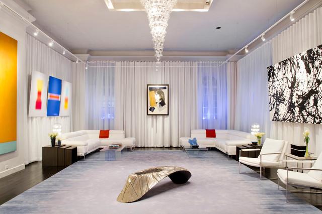 Конусообразная длинная люстра подойдет для помещения с высокими потолками