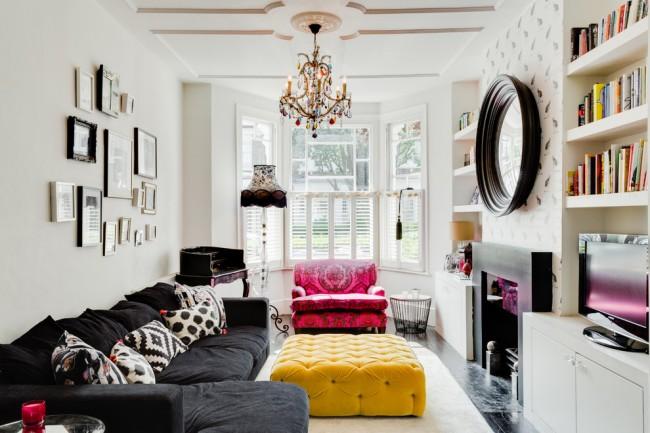 Люстра из разноцветного стекла подчеркивает разнообразную палитру гостиной комнаты