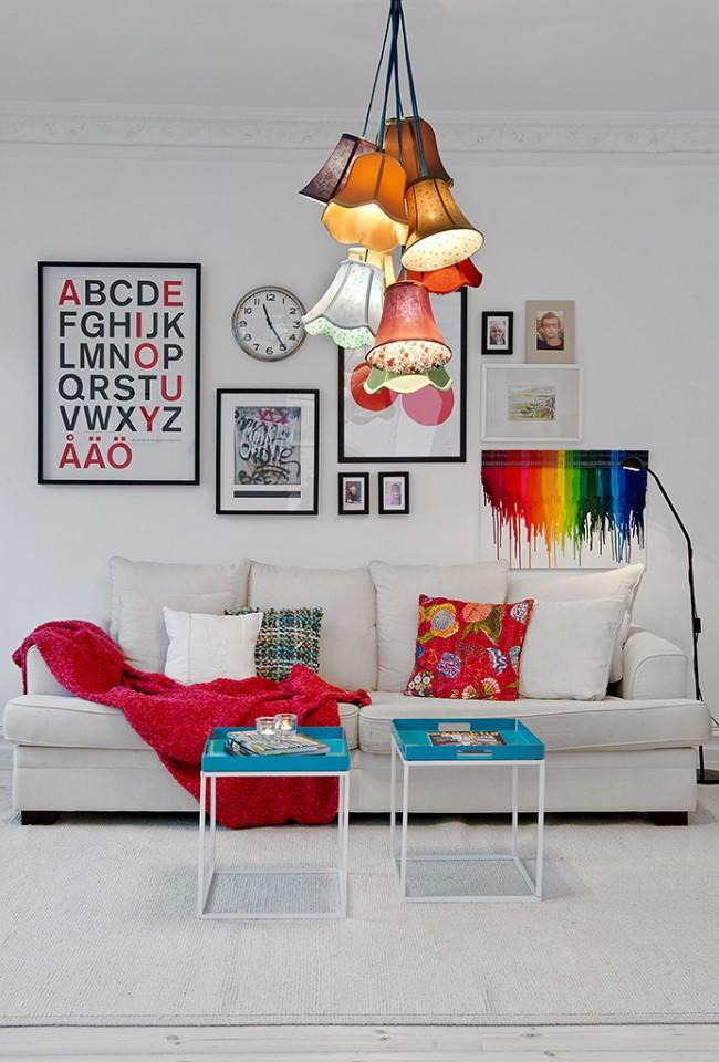 Люстра в виде связки разноцветных старинных абажуров