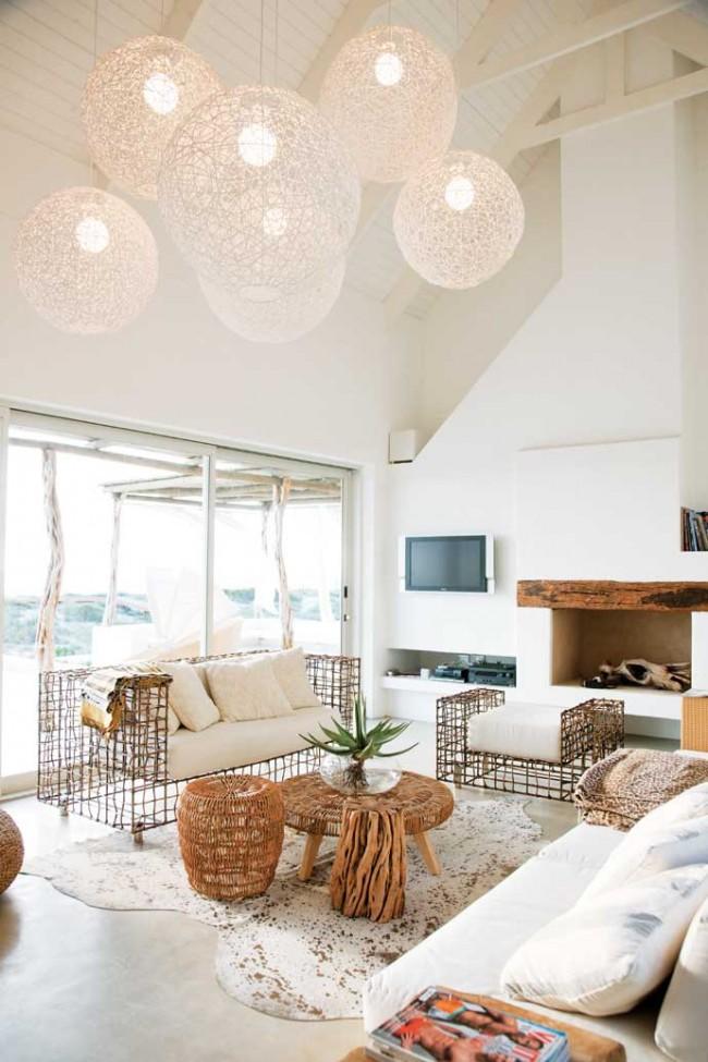 Гостиная в эко-стиле: утонченные шарообразные плафоны