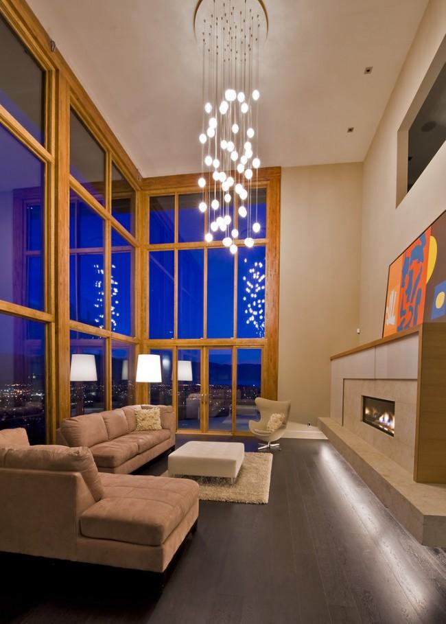 Для комнат с 5-ти метровыми потолками и двусветных гостиных можно подобрать люстру с множеством маленьких лампочек на длинных подвесах