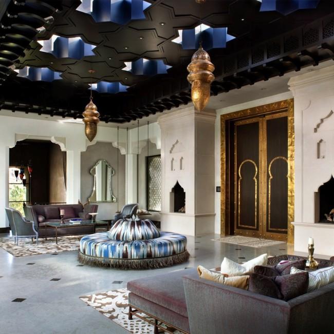 Небольшие восточные люстры в просторной турецкой гостиной
