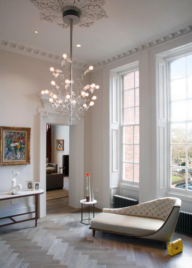 """Множество открытых ламп, каждая из которых украшена """"ангельскими крыльями"""", на необычной люстре в стиле модерн"""