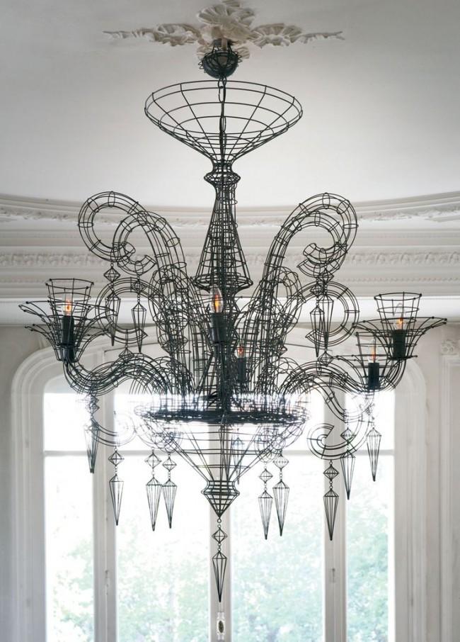 Для просторных гостиных подойдет стиль нео-барокко с масштабным размером светильника и небольшим количеством неярких ламп