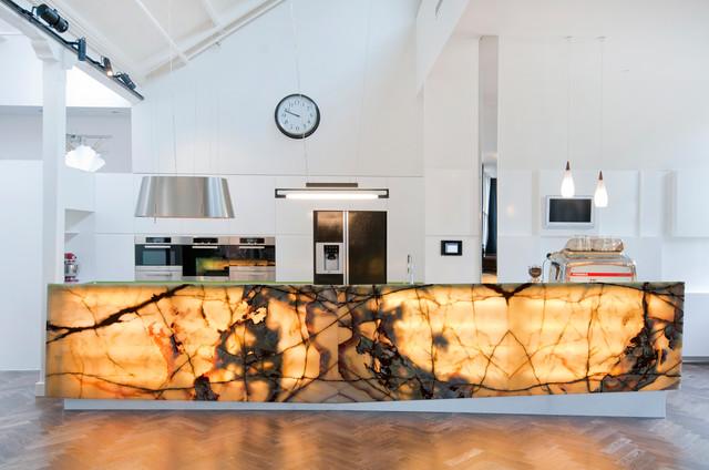 Интересное решение: кухонный остров из оникса с подсветкой