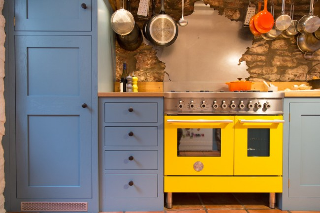 Кухонный фартук из декоративного камня со вставками из шлифованного алюминия смотрится очень оригинально
