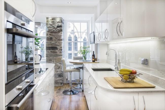Стильная современная квартира с отделкой фрагментов наружной несущей стены между окнами декоративным камнем