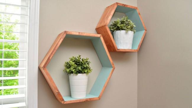 Украшение стены - полочка с цветами. Идеи цвета для окрашивания можно заимствовать в скандинавском дизайне