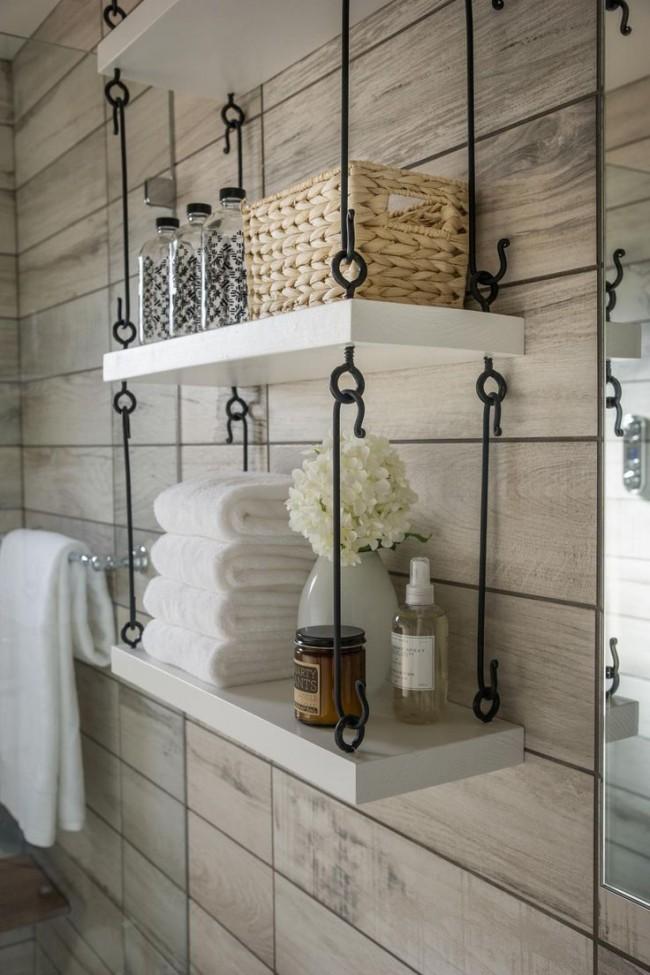 Подвесные настенные полки на металлических крючках в ванной комнате