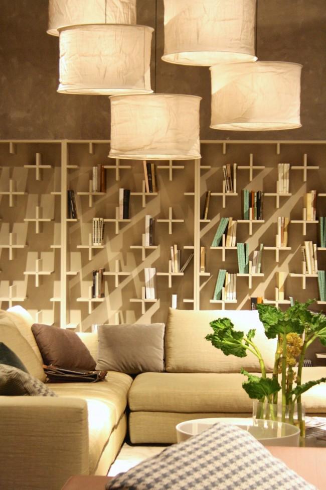Концептуальная идея, вполне вписавшаяся в живой интерьер: книжные полки из крестовин
