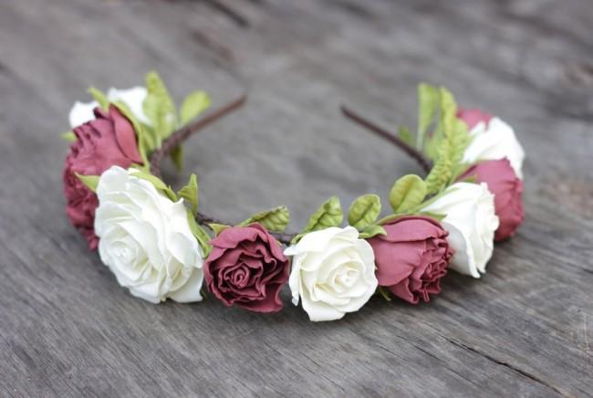 Ободок из белых и бордовых роз