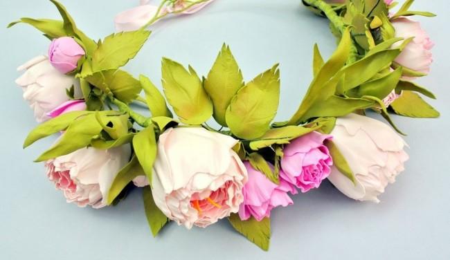 Волнистые розы из фоамирана в весеннем венке