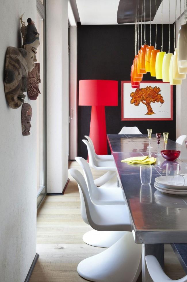 Яркий торшер, помогающий подчеркнуть стиль комнаты