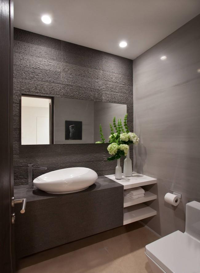 Холодный темно-коричневый оттенок в небольшой ванной