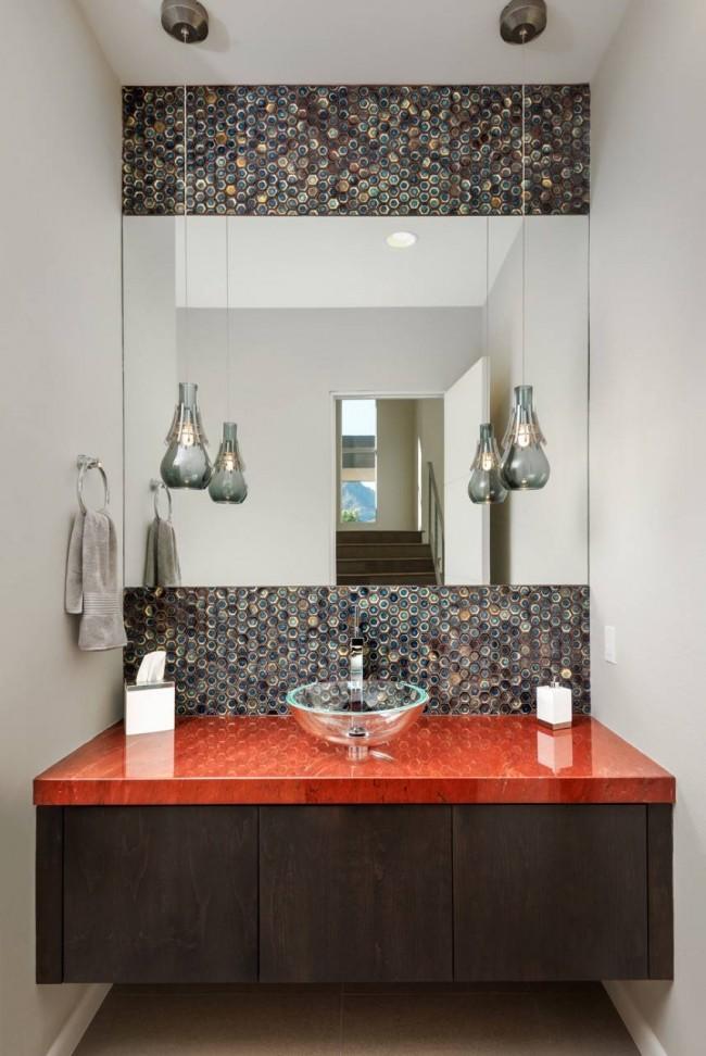 Разноцветная мозаичная плитка и красная столешница из камня