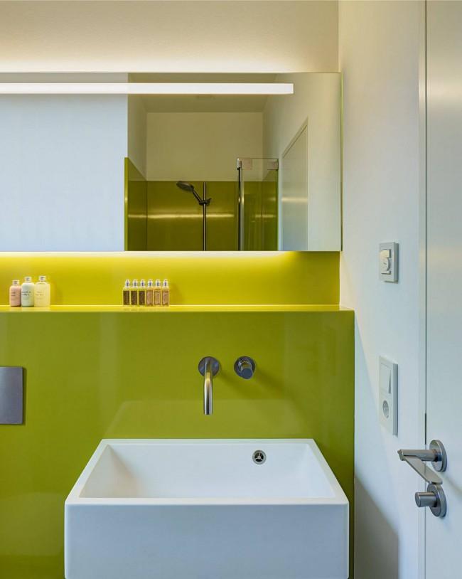 В небольшой ванной комнате очень кстати будет скрытая инсталляция унитаза. Таким образом появится полка для хранения банных принадлежностей