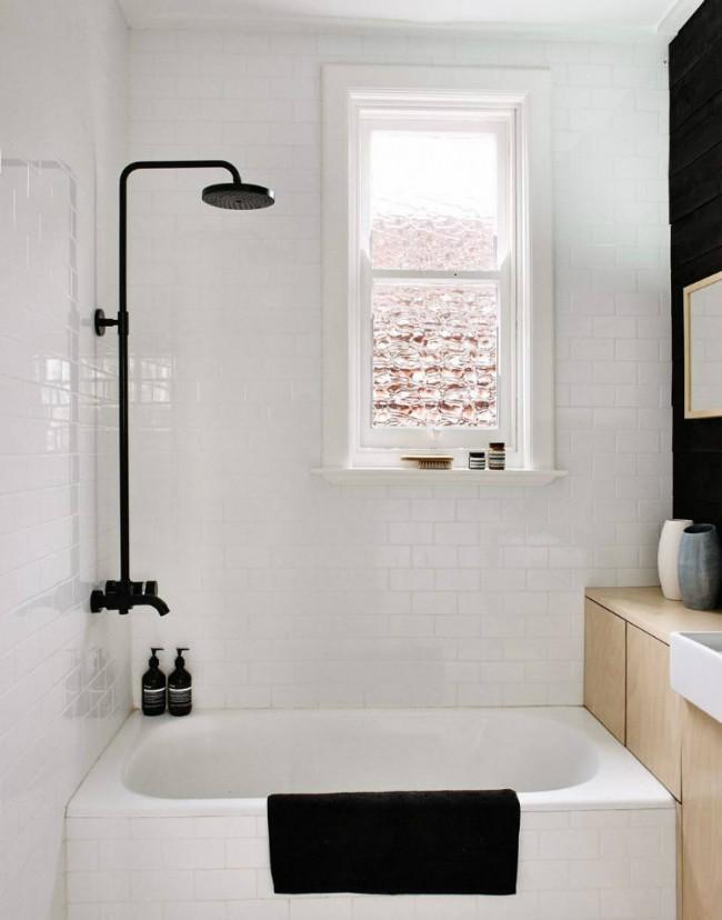 Нестандартная маленькая ванна позволит разместить рядом шкафчики для хранения банных принадлежностей