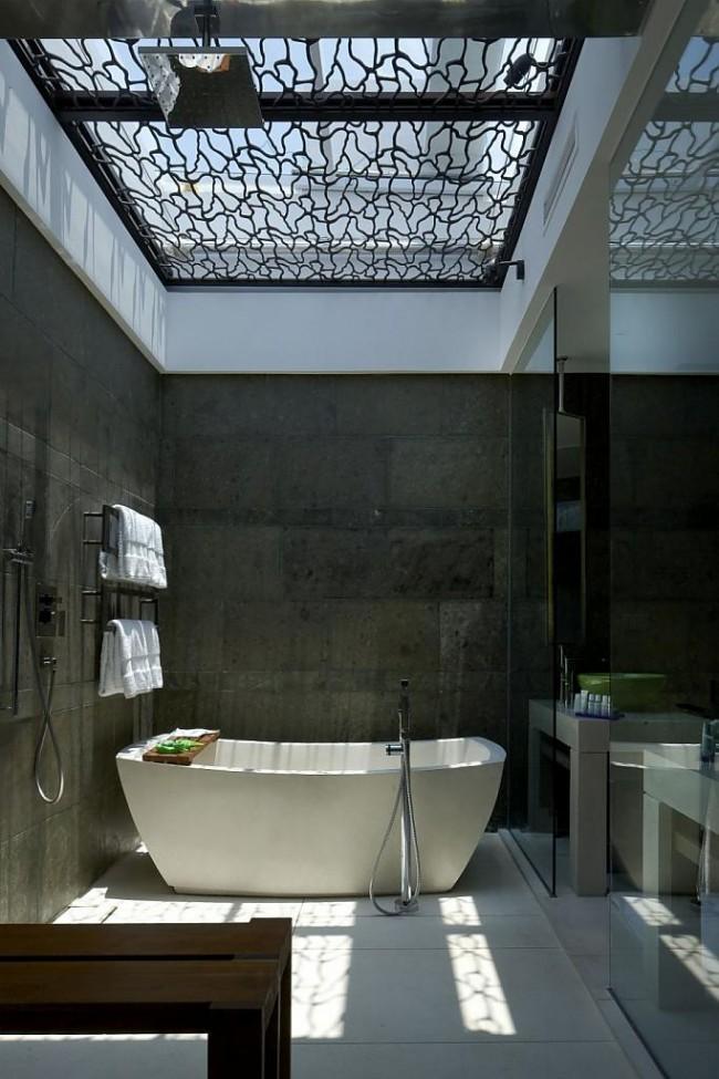Одно из главных правил ванной комнаты - нескользящее напольное покрытие, так как безопасность прежде всего. В готовых коллекциях керамической плитки это обычно учтено, и плитка для пола в них не скользкая