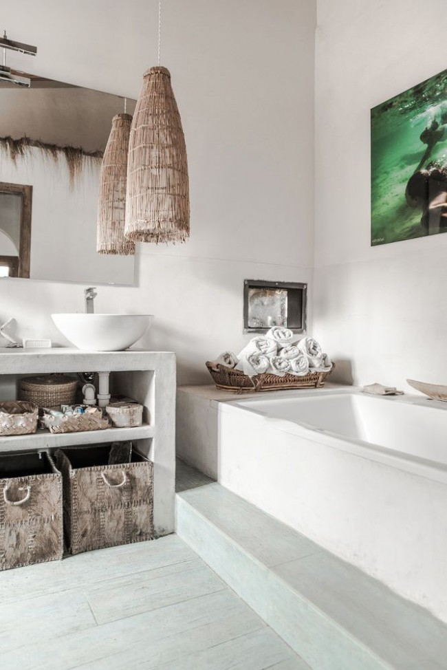 Уделите внимание тому, как будут выглядеть бортики ванны. На фото - экран ванны, прекрасно вписавшийся в островной стиль
