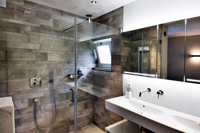 Отражающие стеклянные перегородки так же выигрышно смотрятся в четырёхметровой ванной