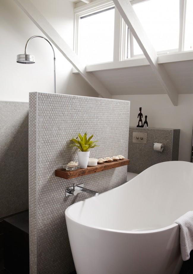 Ещё один вариант разделить ванну и душевую: полутораметровая мозаичная перегородка