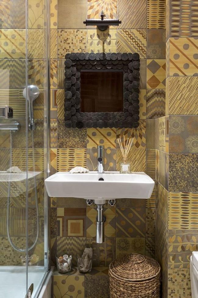"""Простая, но стильная отделка ванной комнаты """"этно"""", со стеклянной перегородкой душа"""