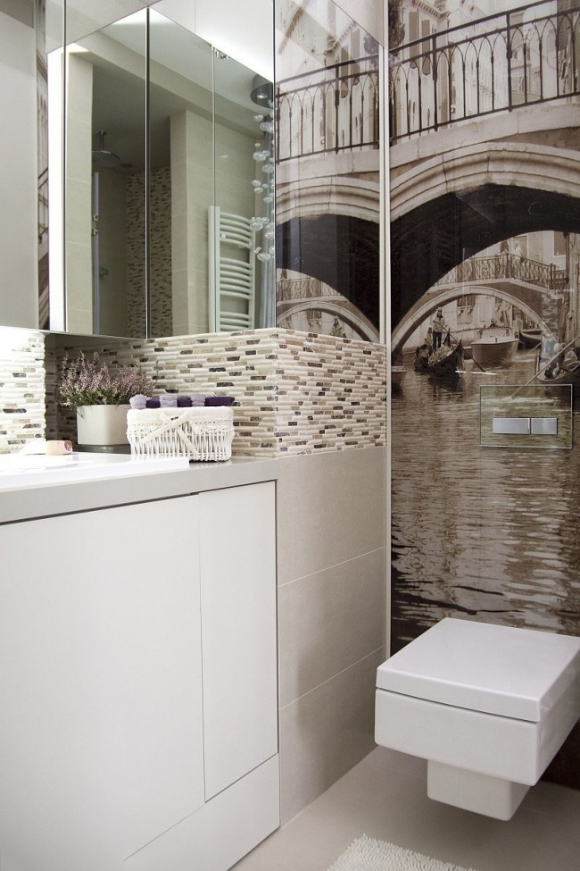 Зеркальные навесные шкафчики и виниловые фотообои как способ зрительно сделать комнату просторнее