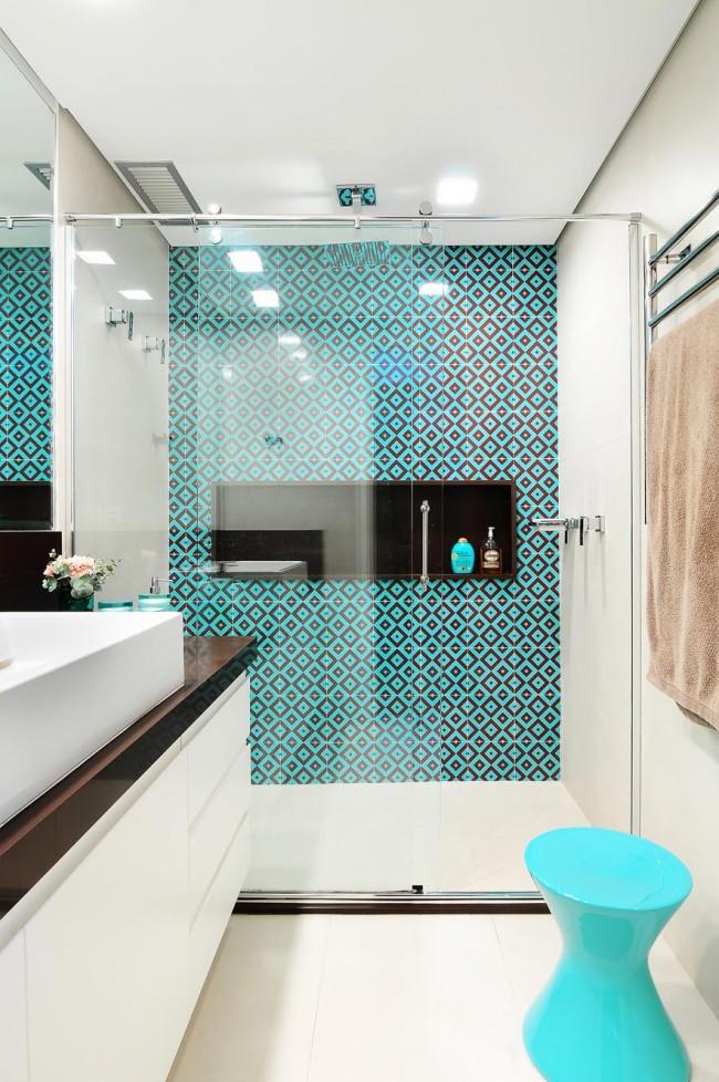 Современная ванная с ярким бирюзовым орнаментом из плитки