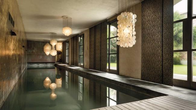 Такие шторы являются превосходным решением для декорирования больших оконных проемов, как в помещении с бассейном на фото