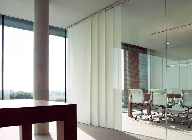 Стеклянные перегородки и японские панельные шторы для создания приватных зон в офисном пространстве