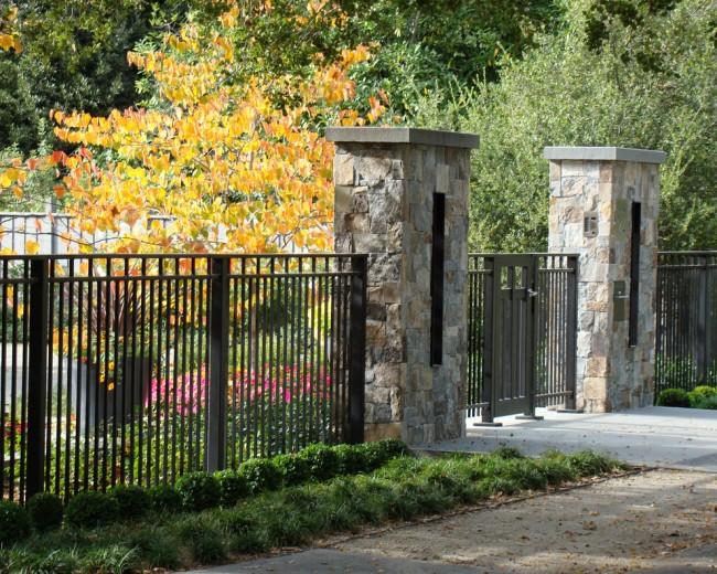 Сварной металлический забор в строгом стиле