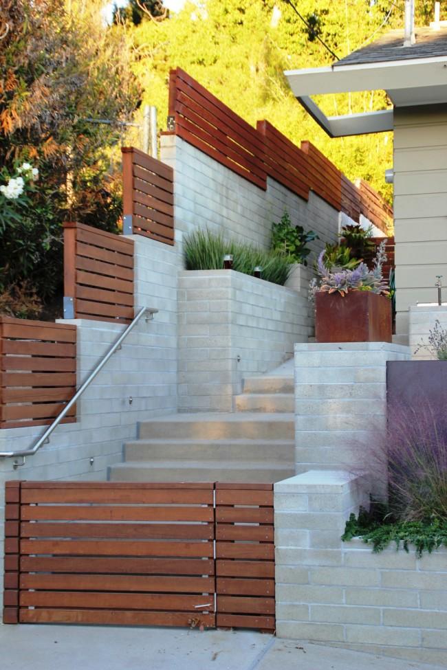Дом, находящийся на спуске, можно очень оригинально огородить