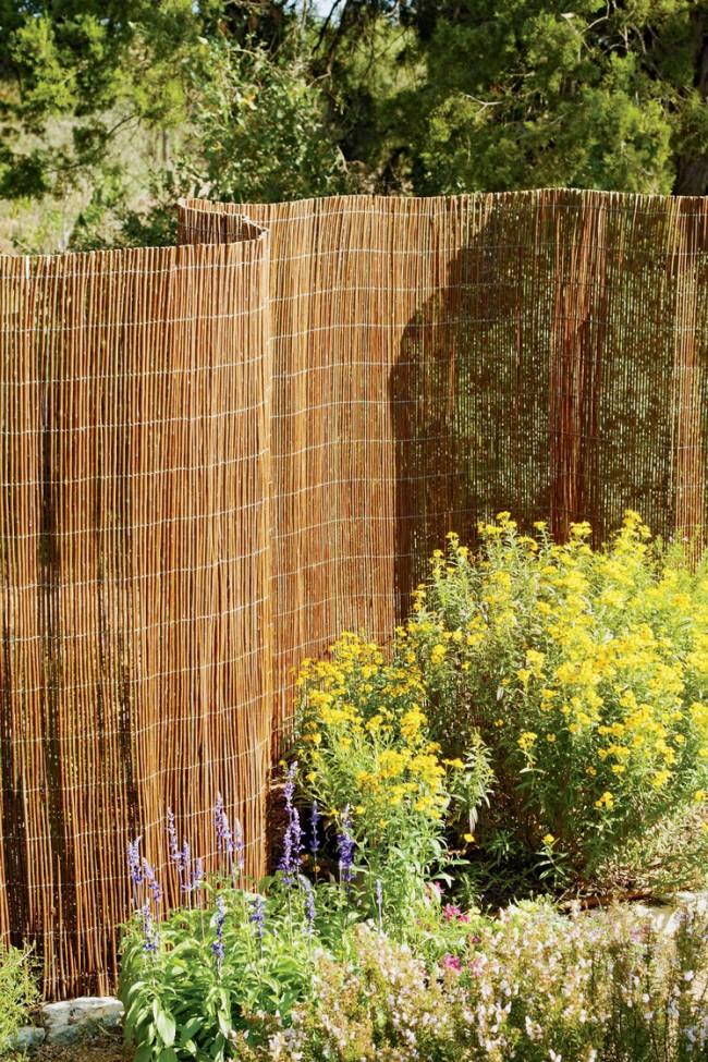 Самодельная садовая ограда из длинных прутьев