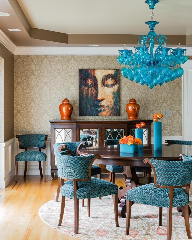 Прекрасное сочетание бирюзового и терракотового цветов в интерьере гостиной