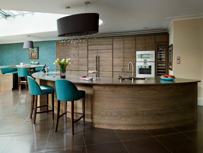 Бирюза и дубовые шпонированные фасады мебели