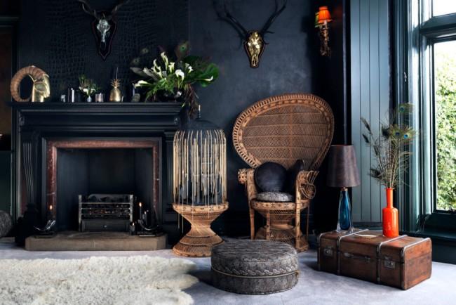 Интимная и мистическая атмосфера в комнате с антрацитовыми стенами