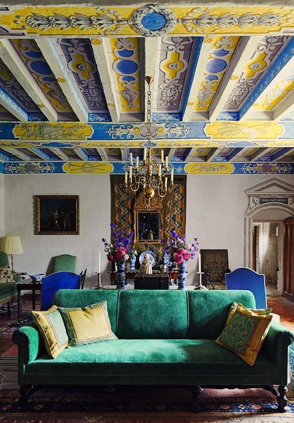Яркий, многоцветный стиль французской деревни в гостиной