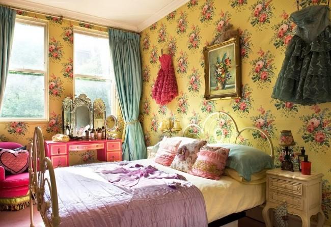Великолепные желтые обои в интерьере спальни